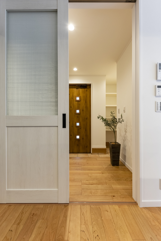 ブラックチェリーのフローリングと白いエイジング調の建具との組合せ。幅広くお部屋のコーディネイトを楽しめます。