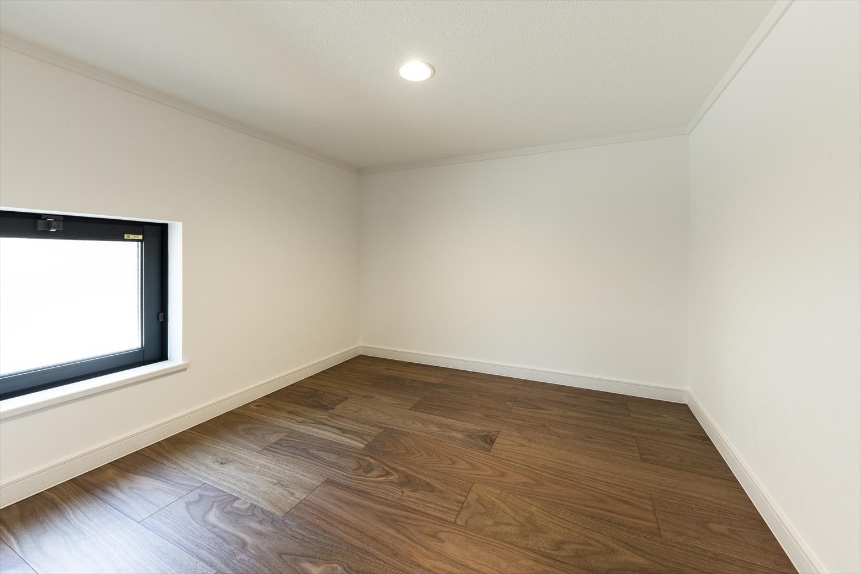 日の光が入り、換気もできる。暗いイメージの収納スペースも広めの窓で明るく爽やかに。