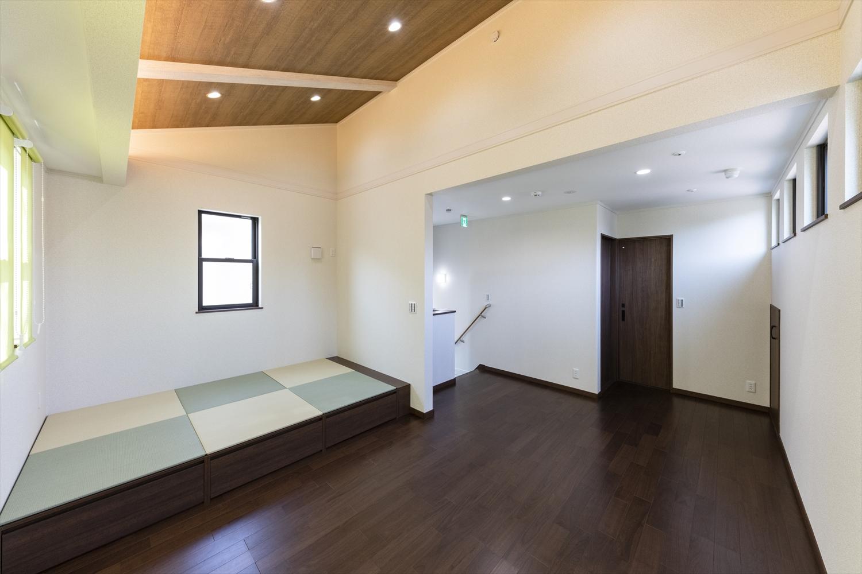 開放感のある勾配天井を採用。