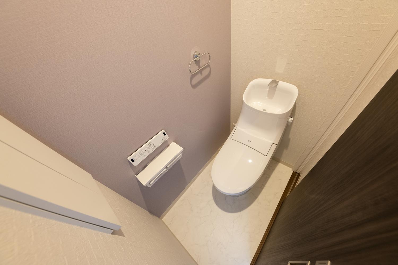 ライトピンクが可愛らしい印象。2種類のアクセントクロスで空間を彩る2階トイレ。