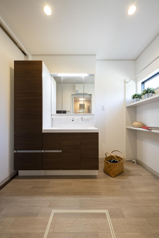 スマートな見た目、家具のようなデザインのおしゃれな洗面化粧台。