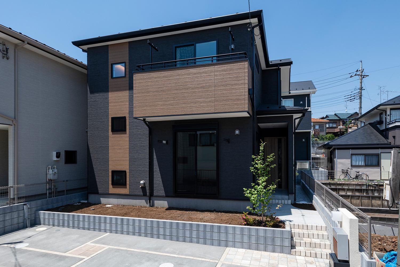 黒いこて塗り調の外壁をメインに木目調をあしらったモダンでスタイリッシュな外観デザイン。