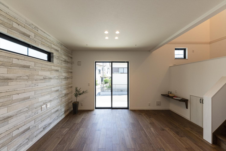 白いクロスと優しい木目デザインの明るくナチュラルな雰囲気のLDK。部屋の明かりをダウンライトにすることでより広く、すっきりとした印象になります。