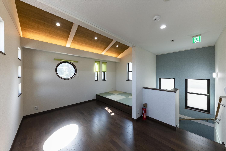 畳のさわやかなグリーンが空間を彩る小上がりになった畳スペース。和風×モダンの居心地の良い空間。