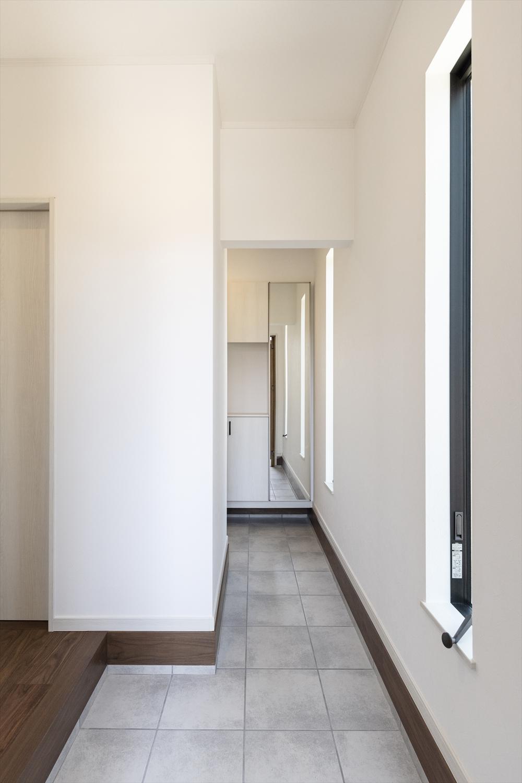 リビングとキッチン、二つの場所に通じる利便性のある玄関。お客様をお迎えする場所と家族が使う場所と分けて使うこともできます。