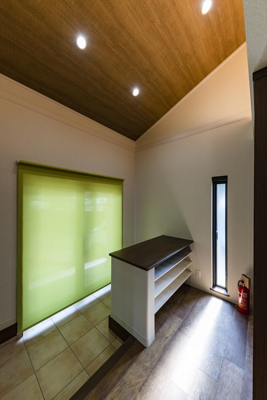 勾配天井を採用。明るく開放感のある空間に。