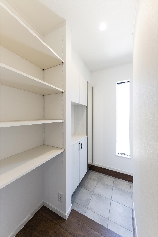 家族全員の靴が収まるシューズクロークに高さを変えられる可動棚付き。お子様の遊び道具やアウトドアグッズも十分に収納できて玄関はいつもきれいに。