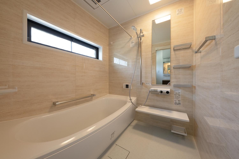 木目調で柔らかい雰囲気のバスルーム。温かい空間に包まれて心身ともにリラックスいただけます。