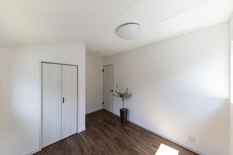 2階洋室。様々なインテリアに合わせやすい、ナチュラルな配色の室内。