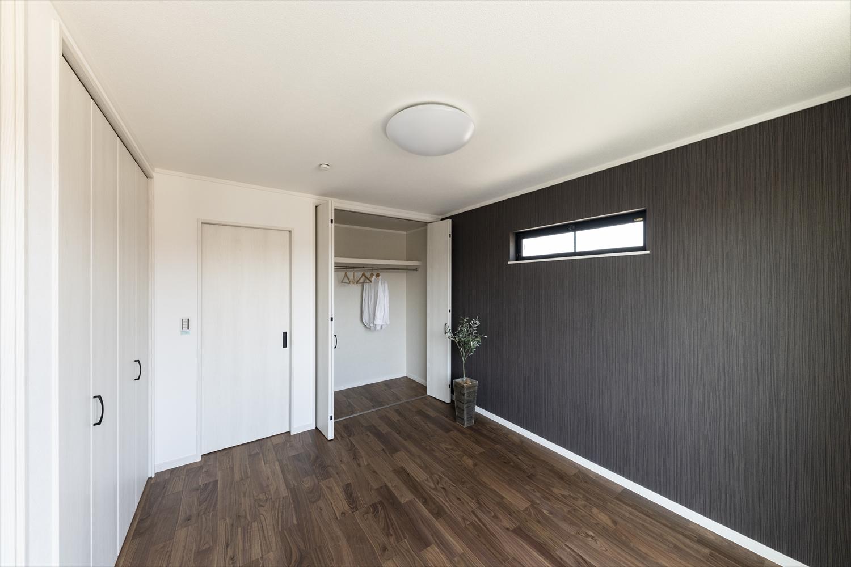 壁一面にアクセントを加えることでお部屋の見た目も大きく変わりシックな印象に。