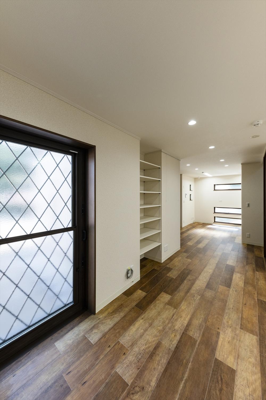 事務所利用の利便性を考え、随所に収納棚を配置。
