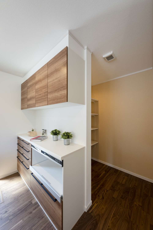 ナチュラルな配色のキッチンスペース。