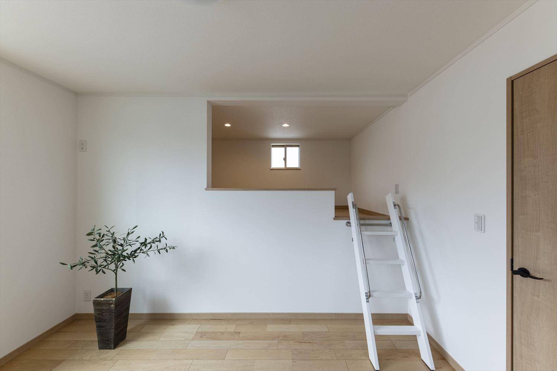 2階洋室/4帖の広々としたロフト付き。収納はもちろん、お子様の遊び場やちょっとした書斎にしたりと、夢が広がるスペース。