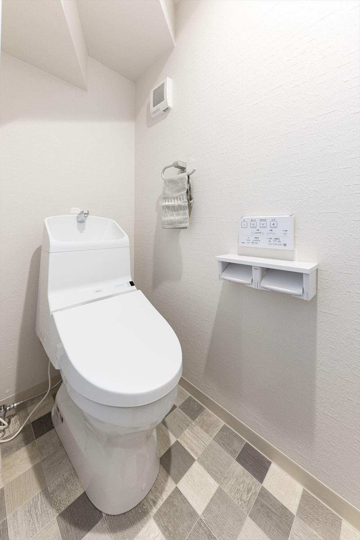 1階トイレ/白を基調とした清潔感のある空間に。