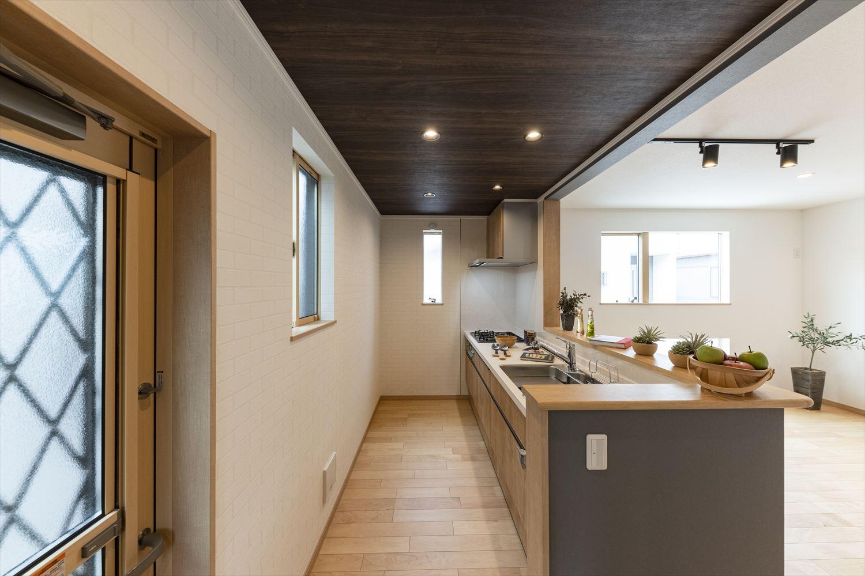 キッチン部分天井は深みのある木目調に。空間にメリハリがつきます。