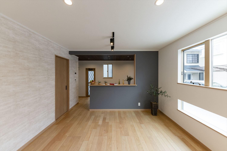 お部屋の一部分に違う色や柄のクロスを使い、こだわりが詰まった隠れ家カフェのようなLDK