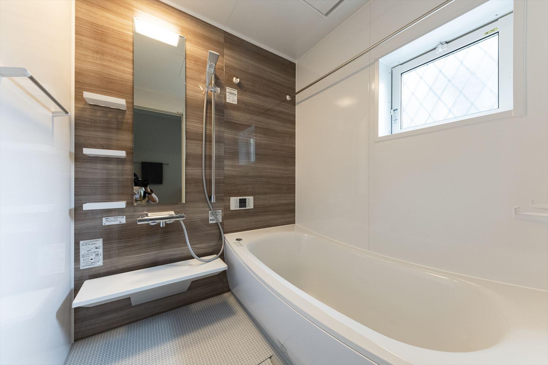 清潔感と温かさがあふれる浴室。