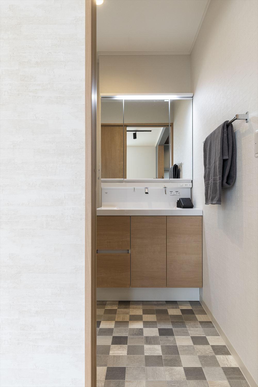 サニタリールーム/単調になりがちな洗面室をタイル調フロアでおしゃれに。