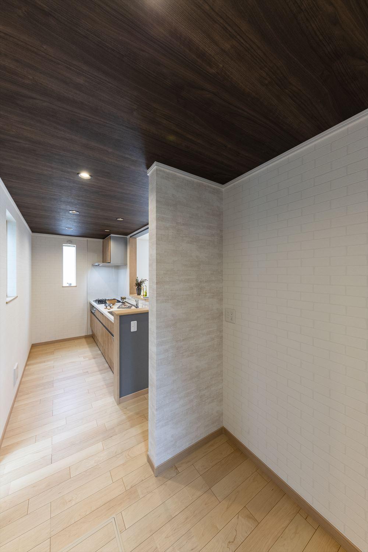 キッチン横には広々としたパントリースペースを配置。
