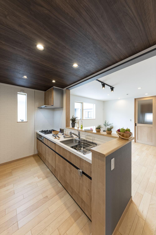 キッチン扉も木目調を選択。ナチュラルの空間に仕上ったキッチンスペース。