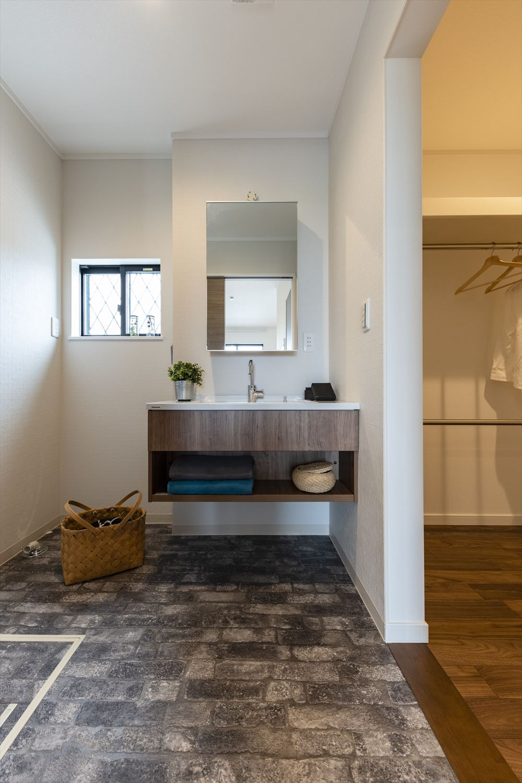 スタイリッシュな洗面化粧台が目を引くサニタリールーム。