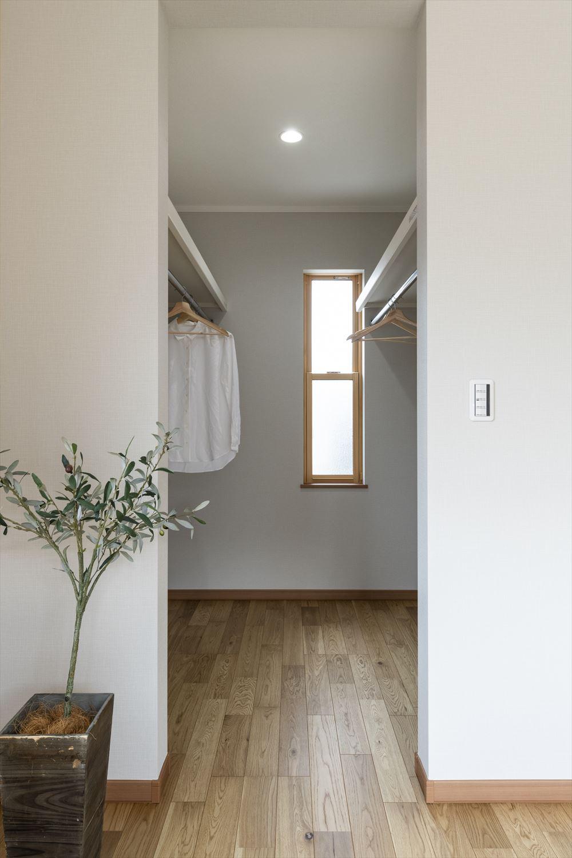 扉をつけないオープンタイプのウォークインクロゼット。窓も付いて風通しも良くいつでも爽やか。