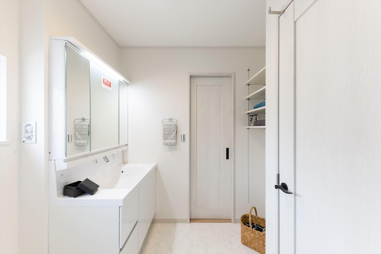 清潔感のある白でまとめたサニタリールーム。