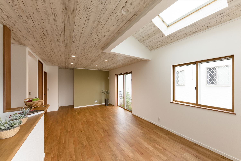 トップライト×勾配天井で明るく広々とした空間が自慢のLDK。