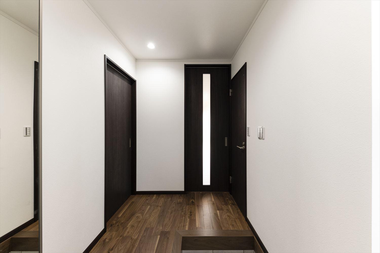 シックで大人な雰囲気の玄関ホール。ダウンライトが空間をすっきりと見せ洗練された印象に。