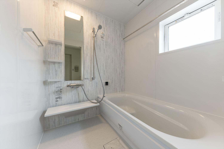 ゆったりとくつろげるバスルームもサニタリールーム同様白でまとめた爽やかな空間。