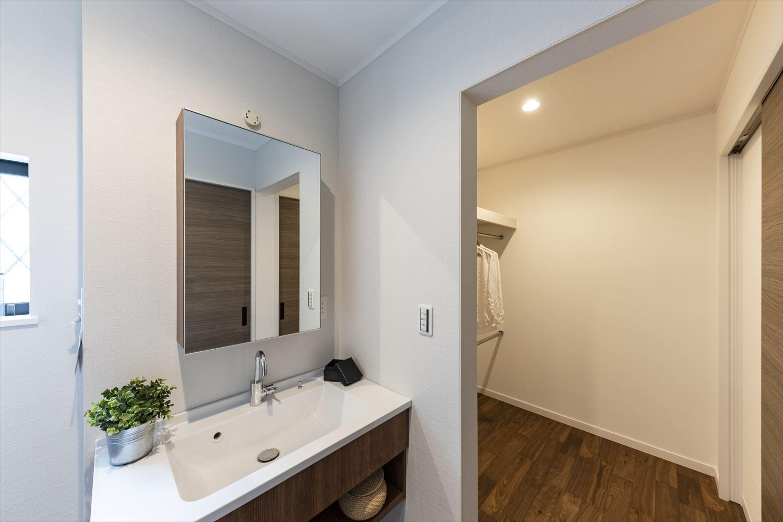 1階ファミリークローゼット。洗面室に繋がっているので靴を脱ぐ、着替える、手洗いをする、リビングへ向かう流れが楽にできます。