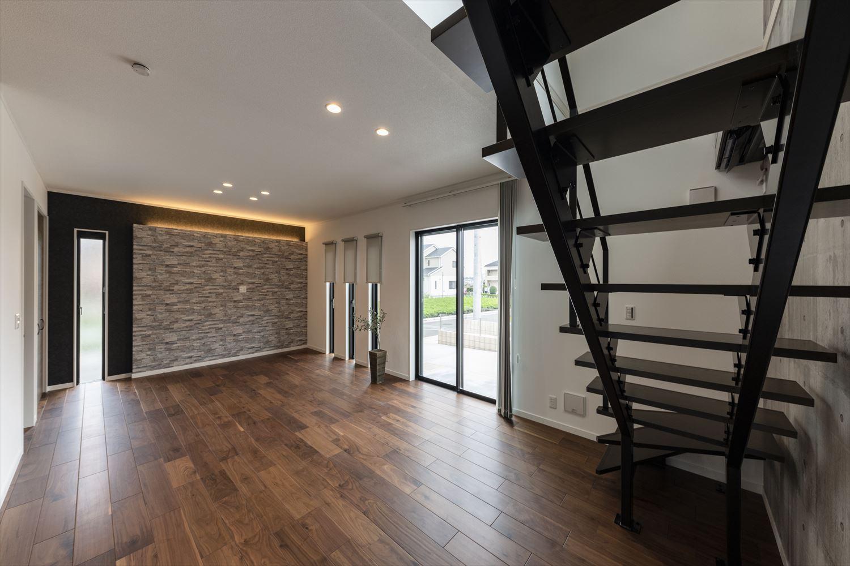 デザイン性の高い黒のスリット階段。コンクリート打ち放し風のクロスと合わせることでインダストリアルな雰囲気に。