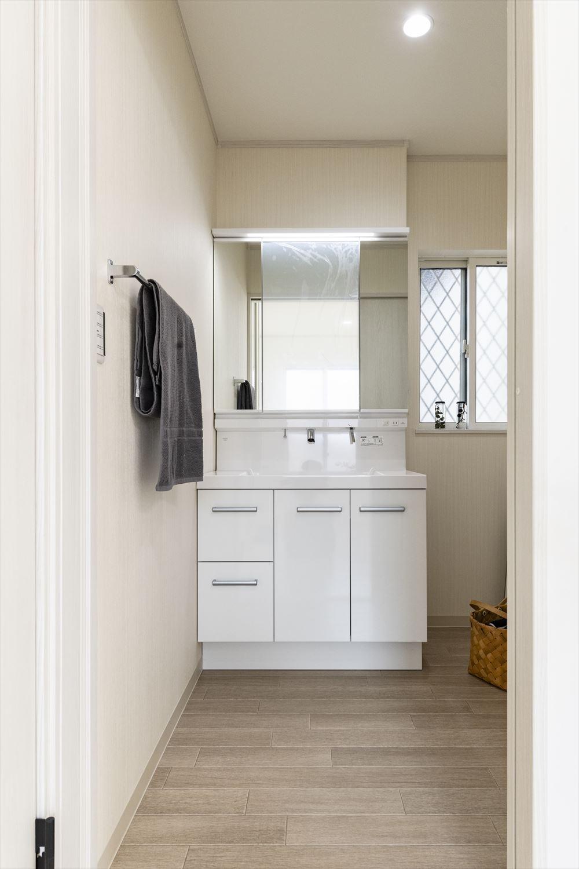 清潔感のある真っ白な空間のサニタリールーム。