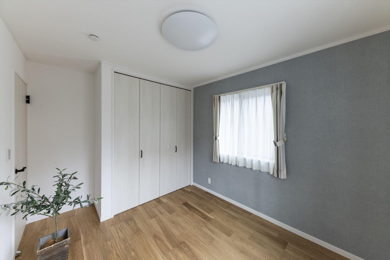 白×グレーの淡いコントラストがエレガントな印象の1階洋室。