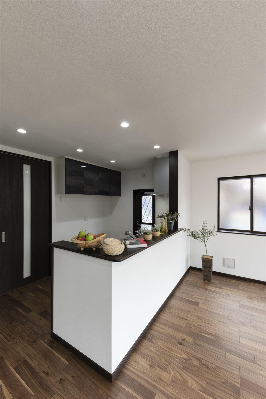 たっぷりの陽光がふり注ぐ明るいキッチン。部屋全体を見渡せる対面式でいつでも家族を見守れます。