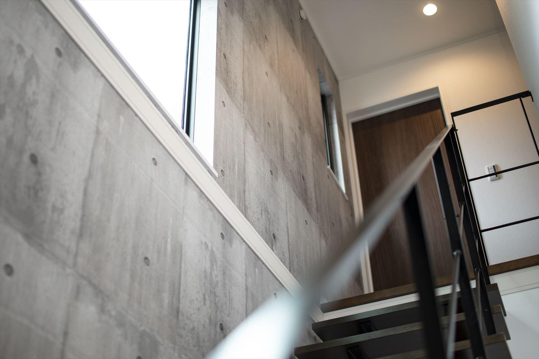 コンクリートパターンのクロス。ブラックのスリット階段とあいまってインダストリアルな印象に。