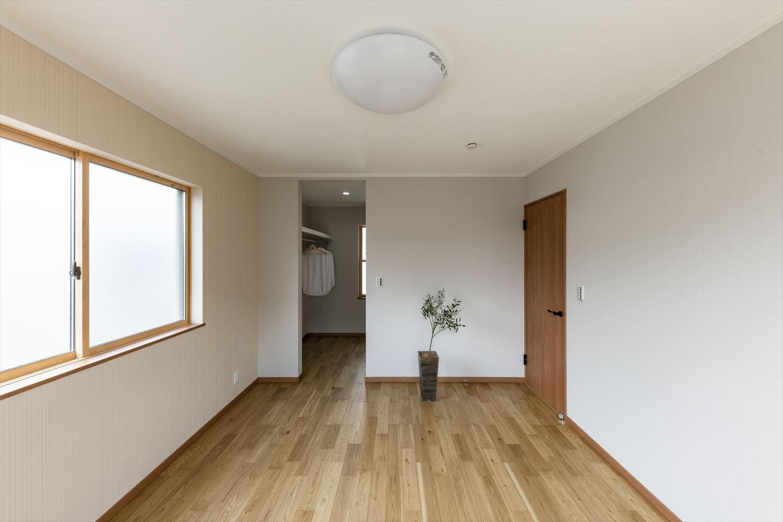 2階洋室/リビング同様白を基調にオーク木の優しい風合いを感じる、穏やかでくつろげる空間に
