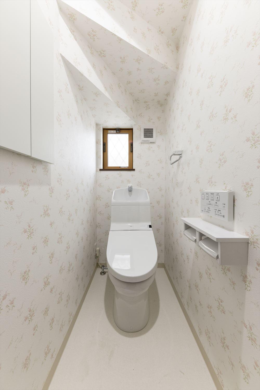 1階トイレ/花柄のクロスが、さり気なくエレガントに清潔感を演出。