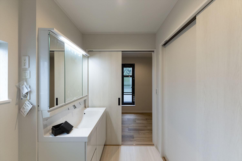 洗面室からファミリークローゼット、バルコニーと行けて「洗う、干す、畳む、しまうが効率的に行える便利な動線♪