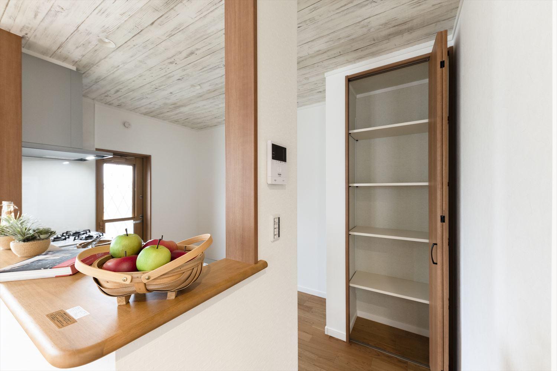備蓄やキッチン家電などがしまえる便利な可動棚収納。
