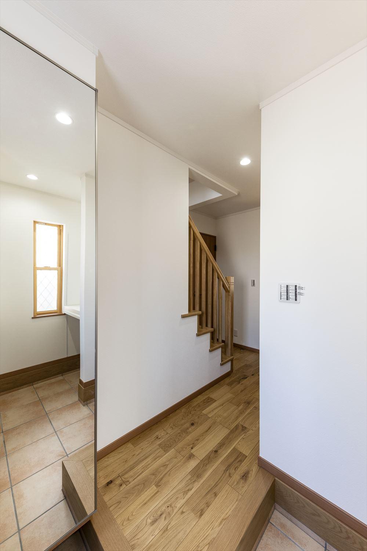 縦格子の手摺は廊下の圧迫感をなくし、おしゃれに演出。