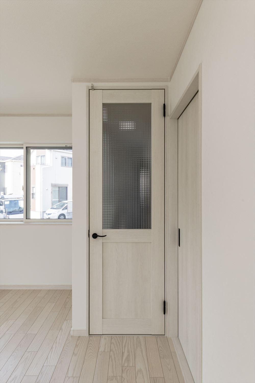 空間を広くすっきりと見せるハイドアを使用。