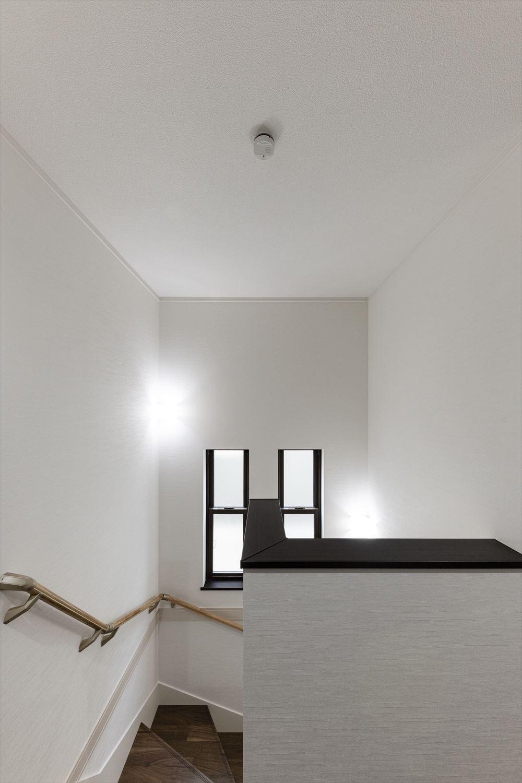 窓からの穏やかな光が降り注ぐ開放感のある階段。