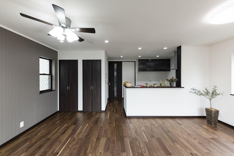 階段下の空いたスペースを有効利用して設置した収納。