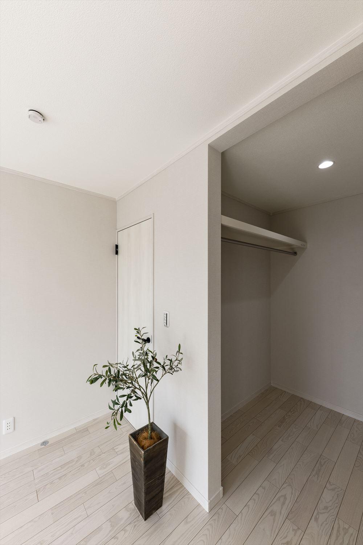 扉を付けないオープンタイプのウォークインクローゼットを設えた一室。2帖の広さで様々な使い方が可能。