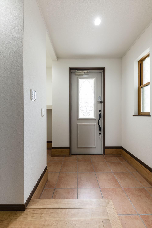 玄関ドアの大きな窓が明るく開放感のあるエントランス空間を演出。