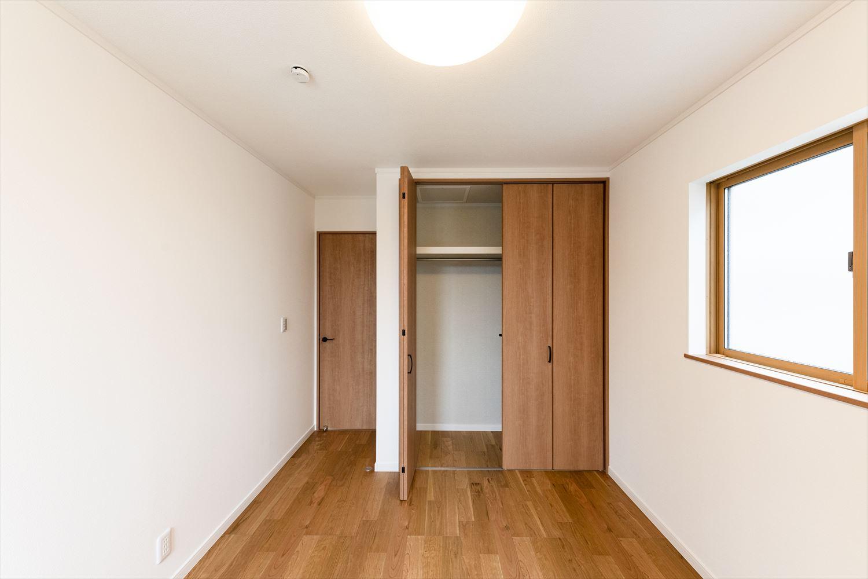 2階洋室/白いクロスとブラックチェリーのフローリングが優しい雰囲気を演出。