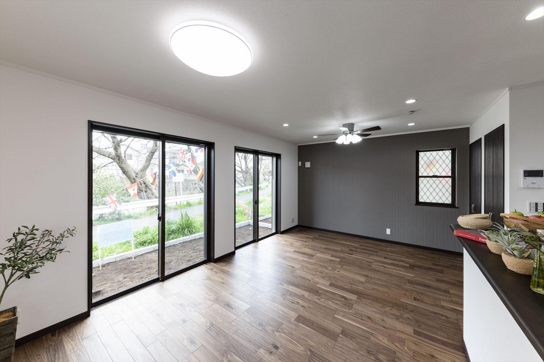 日中は窓からの光が部屋全体を包み込み、夜はダウンライトやシックな照明が空間に彩りと温かみを演出。