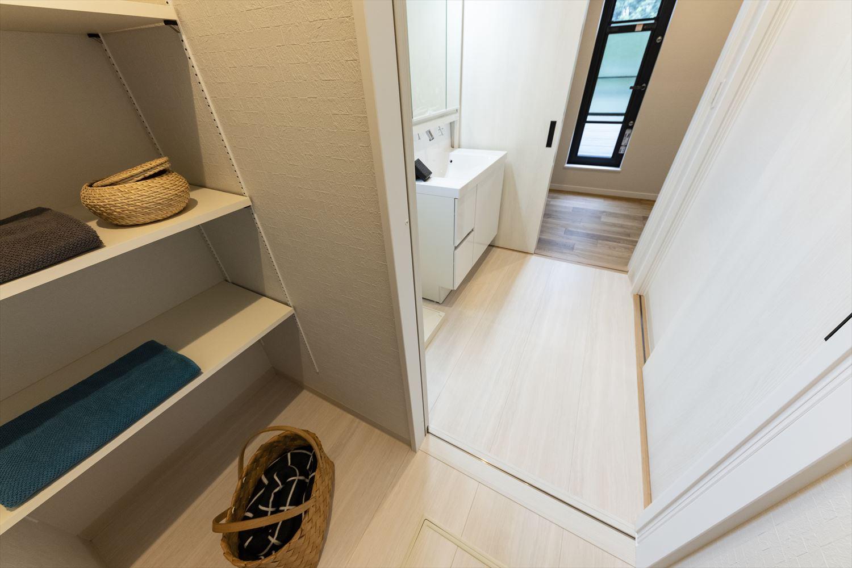 洗面室と脱衣所が分かれていて、同時に別の人が安心して使える設計に。