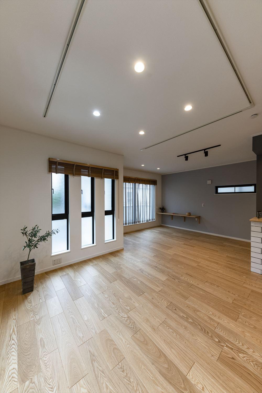 ハイスタッドを採用した明るく開放的なリビング空間。